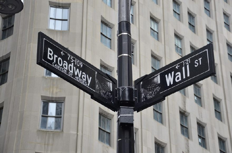 Schild vom Straßennamen der Wall Street in New York.